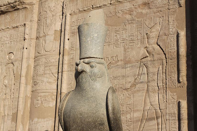 image Egypte templeedfou statue horus