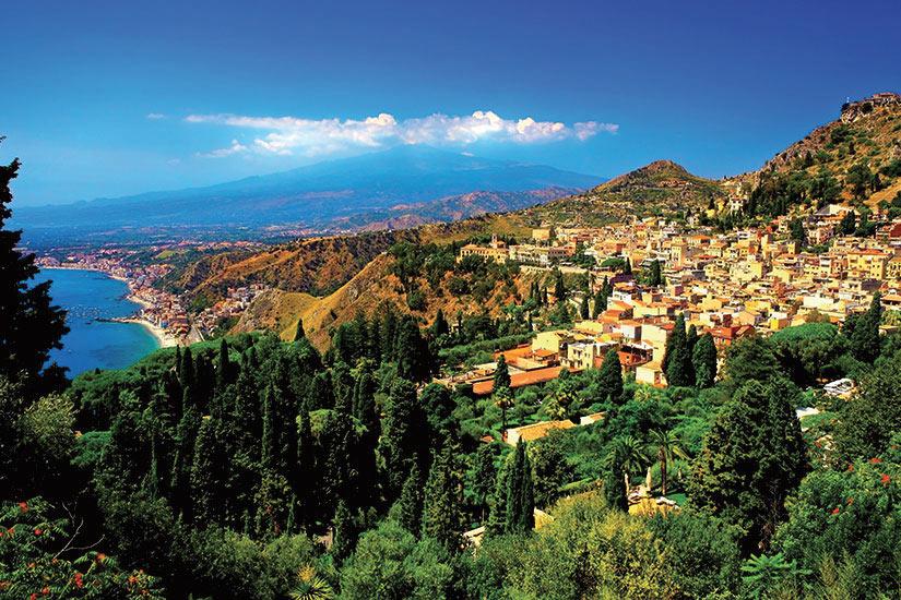 image Italie Sicile Village Taormina avec vue sur le volcan Etna  fo