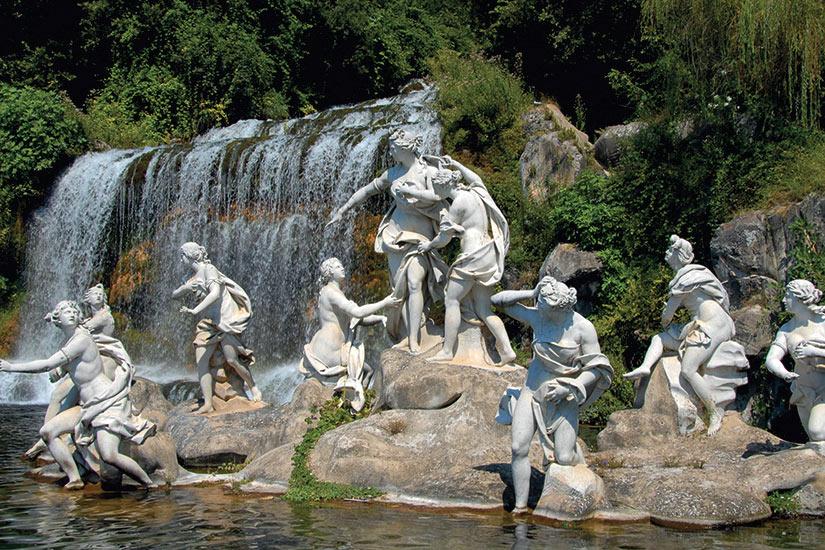 image Italie fontaine dans le parc royal de Caserta pres Naples  fo