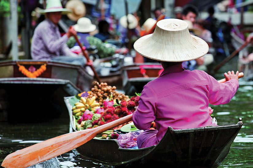 image Thailande Bangkok Vendeur de fruits dans un marche flottant  it
