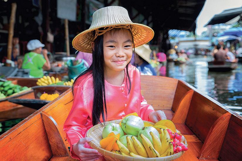 image Thailande enfant tenir de panier de fruits dans le marche traditionnel flotant  fo