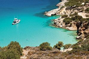 grece crete navire ancre dans la baie  fo